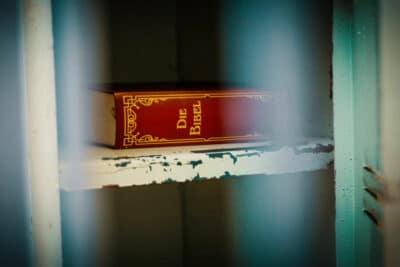 Locks & Clocks Gefängnis Bibel